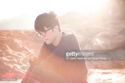مرد جوانی که از موبایل استفاده میکند