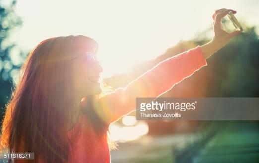 دختری جوان که عکس سلفی میگیرد