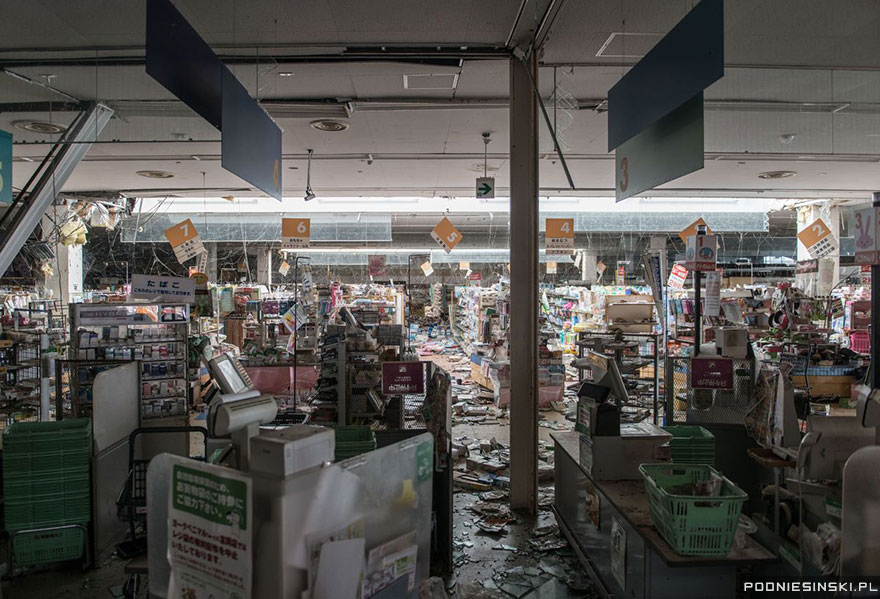 7-Another photo from within a supermarket feels eerily similar to those from post-apocalyptic movies