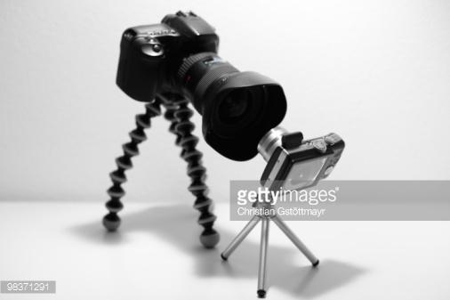 یک دوربین DSLR بزرگ روبهروی یک دوربین کامپکت