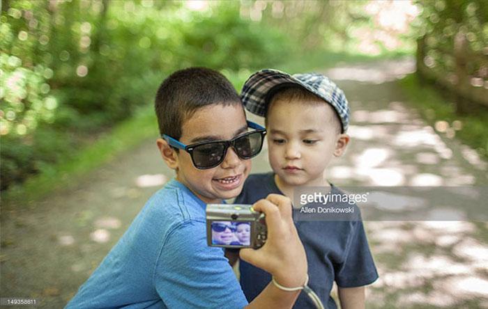 کودکانی که به وسیله دوربین از خودشان عکس میگیرند