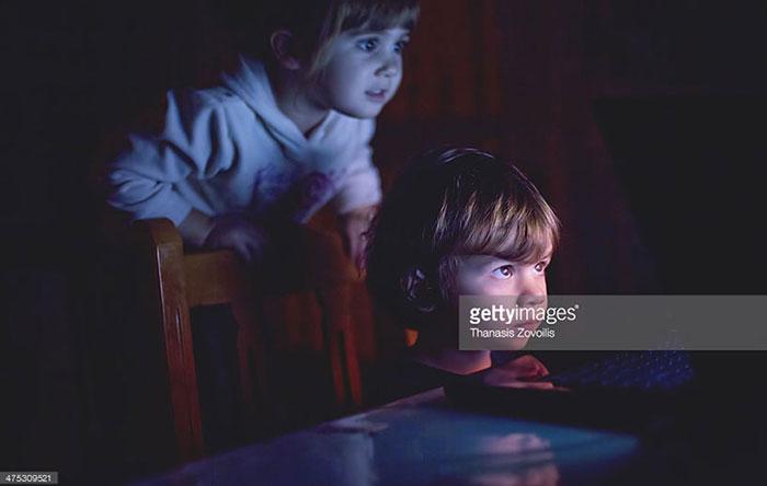 کودکانی که به وسیله لپتاپ فیلم تماشا میکنند