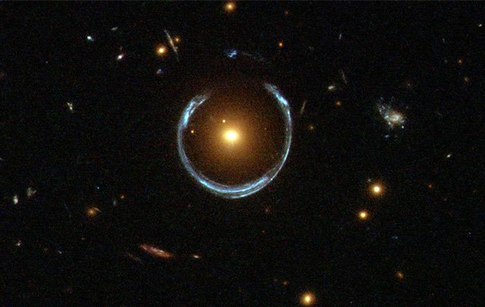 گرانش ساختارهای بزرگ در کیهان میتواند نور را چنان خم کند که باعث ایجاد اثر ذرهبینی شود. به این ذرهبینهای غولپیکر، عدسیهای کیهانی گفته میشود.