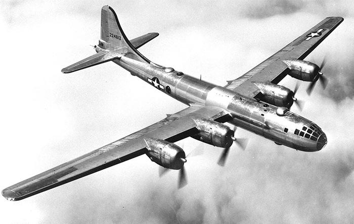 آمریکاییها با بمبافکن بی-۲۹ سوپرفورترس، مرتب شهرهای ژاپن را بمباران میکردند.