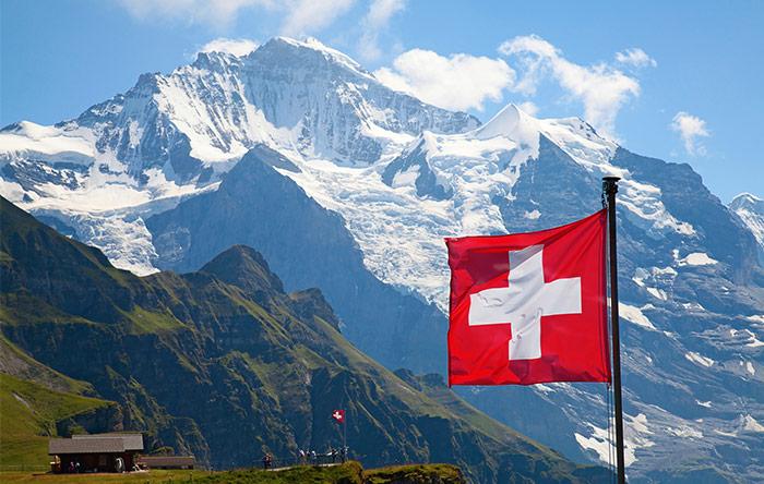 کنفرانس پاریس - سوئیس نخستین کشوری بود که تعهدات خود را در قالب «سهم مشخص ملی» به صورت رسمی اعلام کرد. این کشور که از سال ۱۸۶۴ تاکنون افزایش درجهحرارتی معادل ۱.۷۵ درجه سلسیوس را تجربه کرده، میخواهد تا سال ۲۰۳۰ میزان انتشار گازهای گلخانهای خود را ۵۰ درصد کاهش دهد.