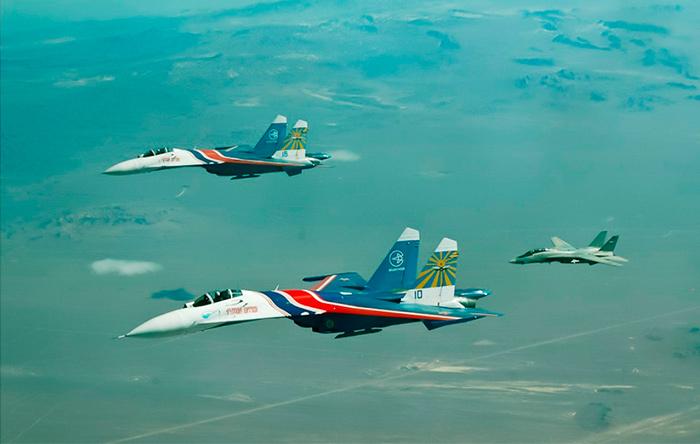 تامکتهای ایرانی در حال اسکورت سوخوی ۲۷های روسی در سال ۲۰۱۲