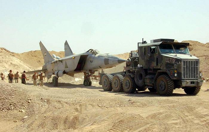 نیروهای آمریکایی، میگ ۲۵ عراقی را از زیر شنهای صحرا بیرون میکشند. زمانی این هواپیمای سریع به راحتی وارد حریم هوایی ایران میشد