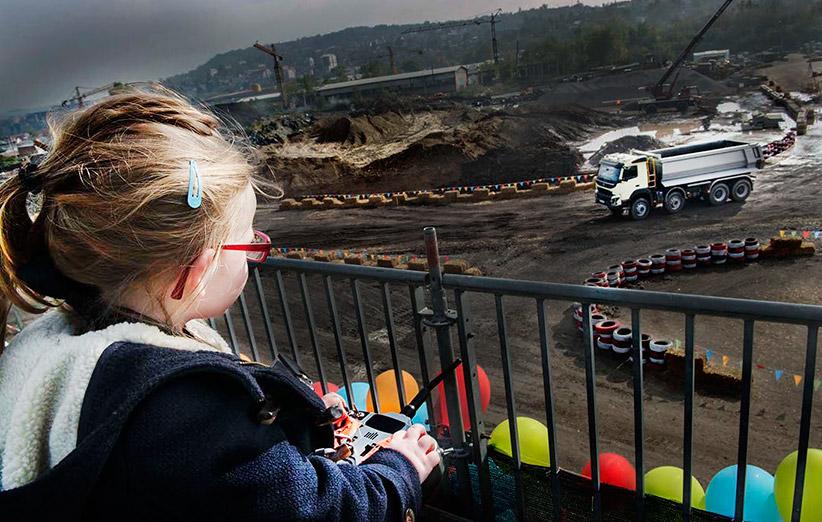 دختر بچهی ۴ ساله کامیون جدید ولوو را به در و دیوار میکوبد