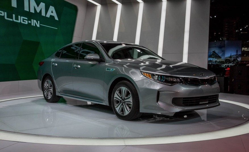 2017-Kia-Optima-plug-in-hybrid-show-floor-1041-876x535