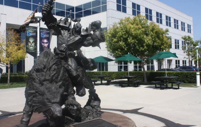 A-Warcraft-statue-at-Blizzard's-headquarters-in-Irvine,-California