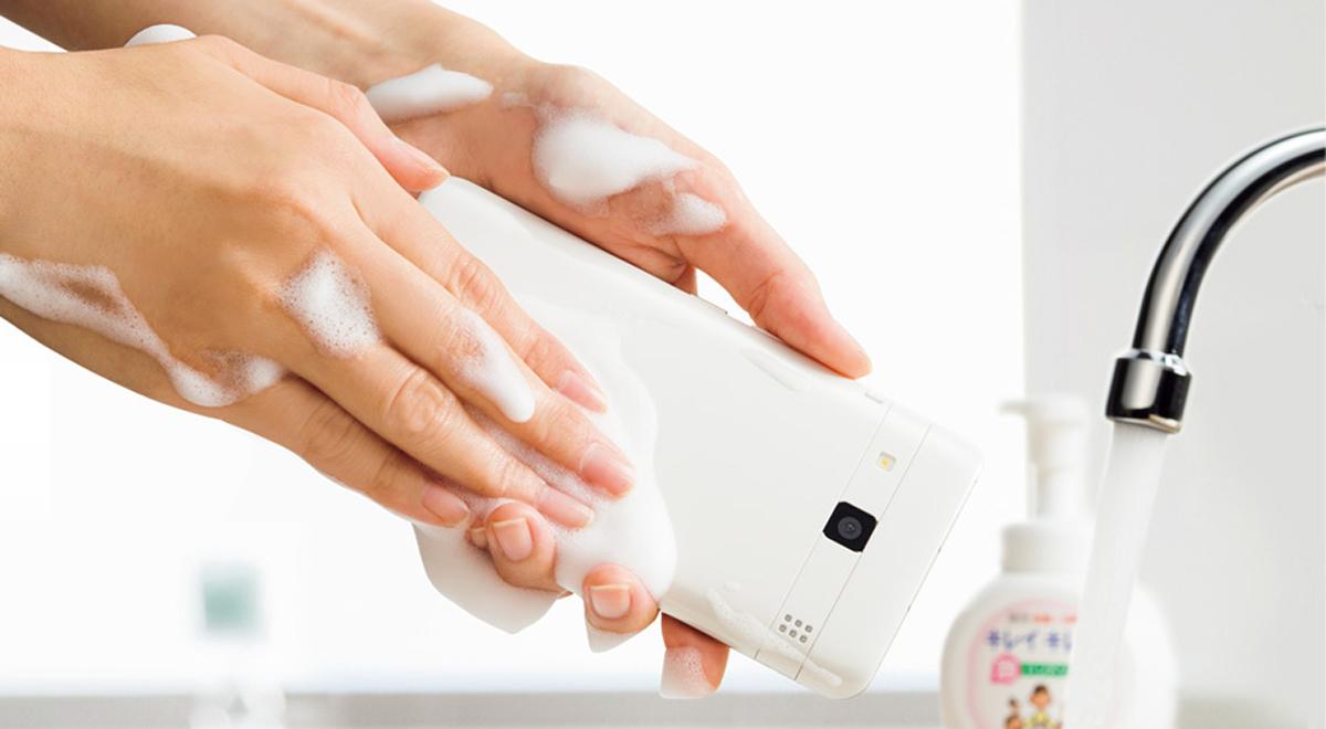 5-kyocera-digno-rafre-washable-phone-1