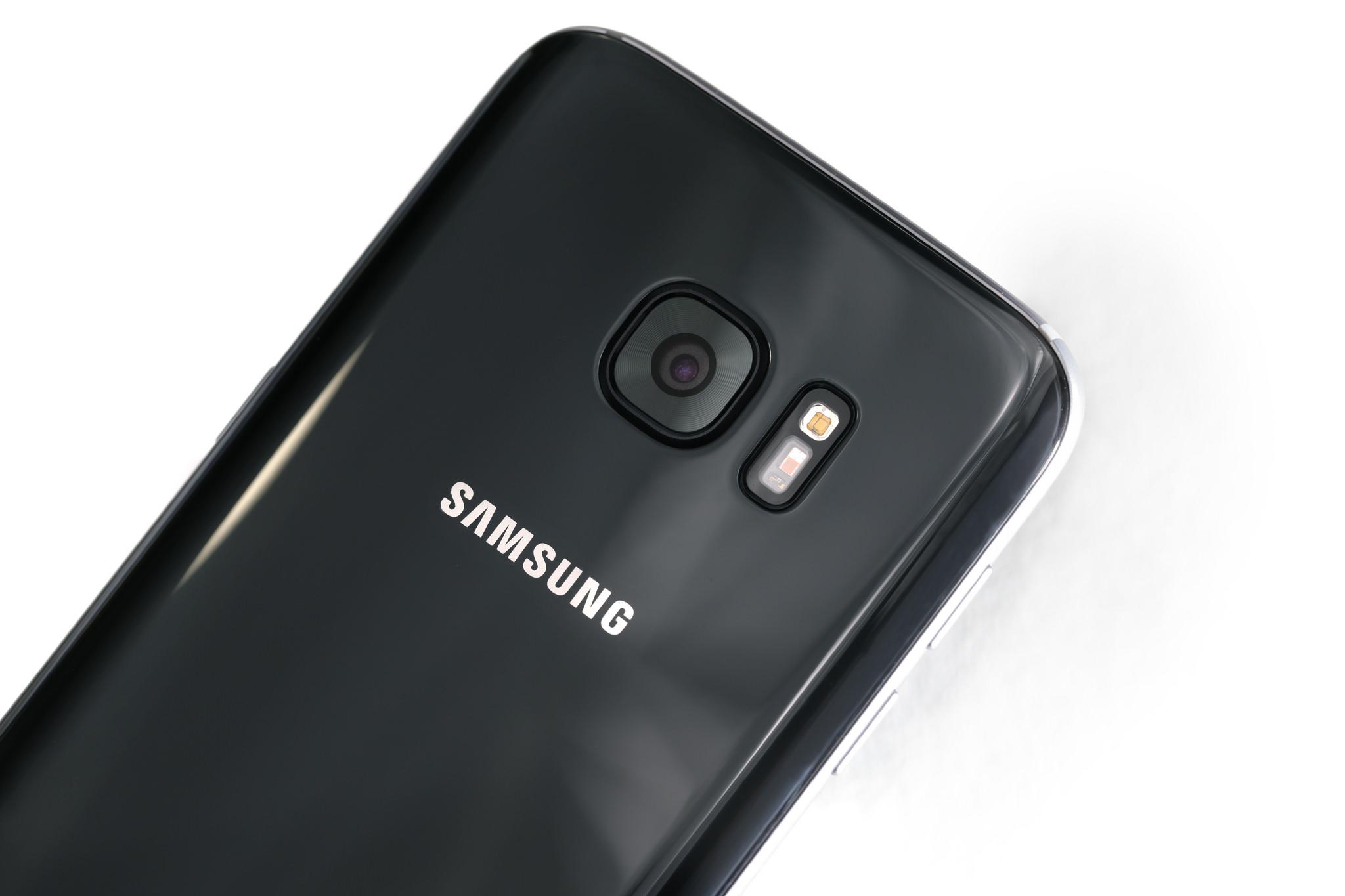رنگ گوشی گلگسی اس 7 و اس 7 اج Black Onyx است و در زاویه های مختلف تغییر رنگ می دهد.
