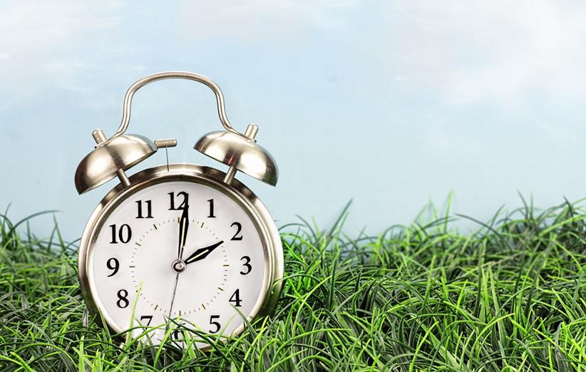 چرا اول بهار ساعت را جلو میکشیم؟