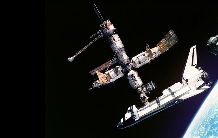 پس از فروپاشی شوروی آمریکا با روسیه وارد همکاری شد و شاتلهای آمریکایی به ایستگاه فضایی روسی میر سفر میکردند.