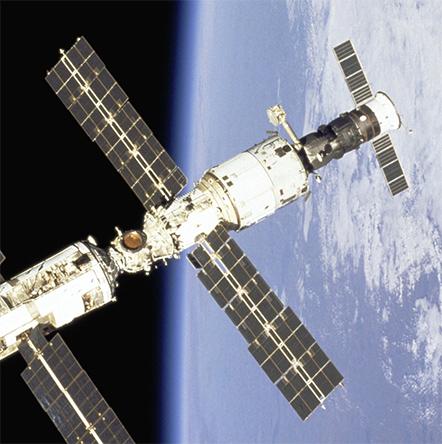 شوروی اولین ایستگاههای فضایی را با نام سالیوت به مدار زمین فرستاد.