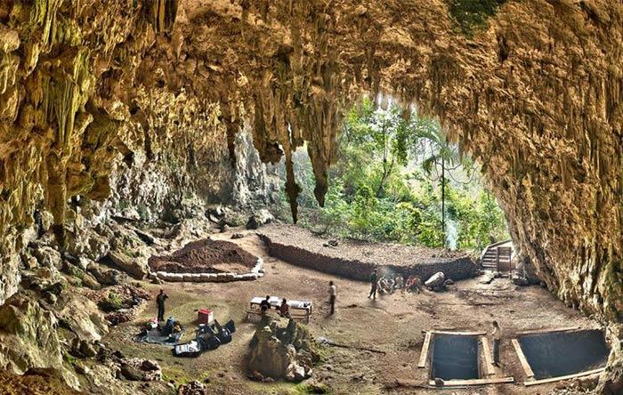 غار لیانگ بائو در اندونزی جاییست که استخوانهای هابیت یک متری پیدا شدند.