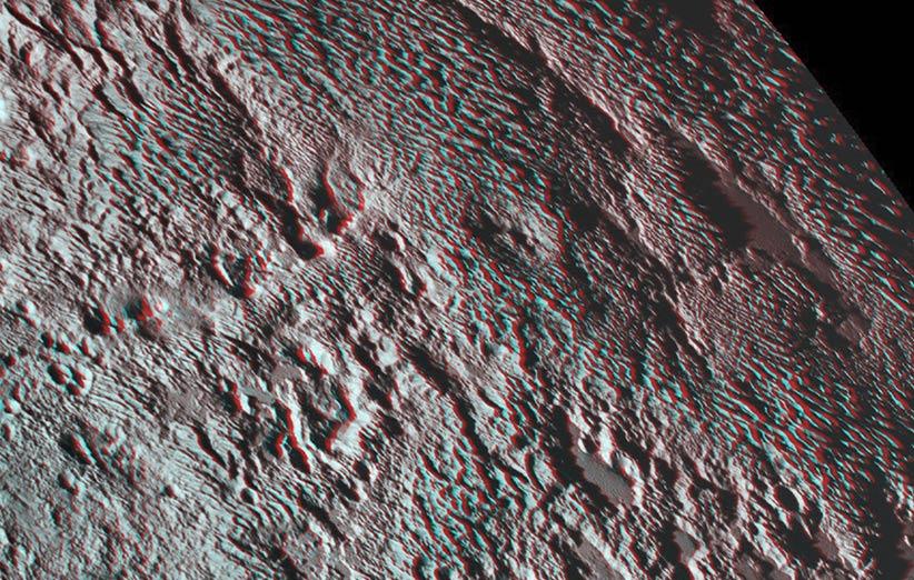 تصویر نجومی روز ناسا (۱۴ فروردین ۹۵): سطح تیغهدار پلوتو به شکل سه بعدی
