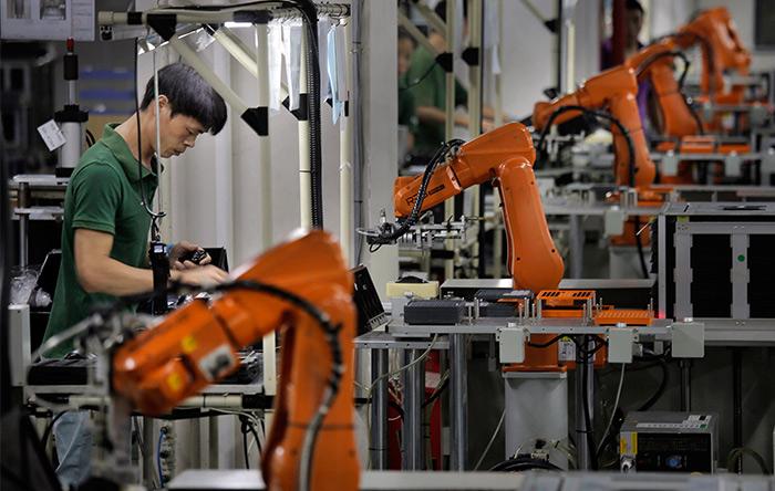 با جایگزین شدن روباتها به جای انسانها، تولیدات ارزانتر و با کیفیتتر میشوند.