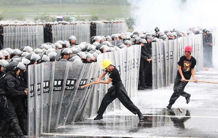 استفادهی گسترده از روبات به جای نیروی انسانی در چین باعث بیکاریهای گسترده و نارضایتیهای اجتماعی عمیق میشود.