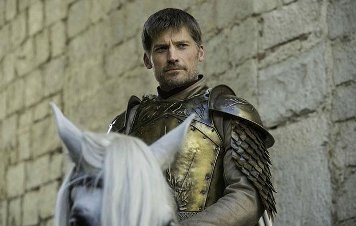 از چهرهی جیمی میشود فهمید که احتمالا دنبالهی نگاهش به هایاسپرو میرسد. او سوار بر اسب سفید است. آیا این میتواند یک نماد باشد؟ هنوز کسی نمیداند!