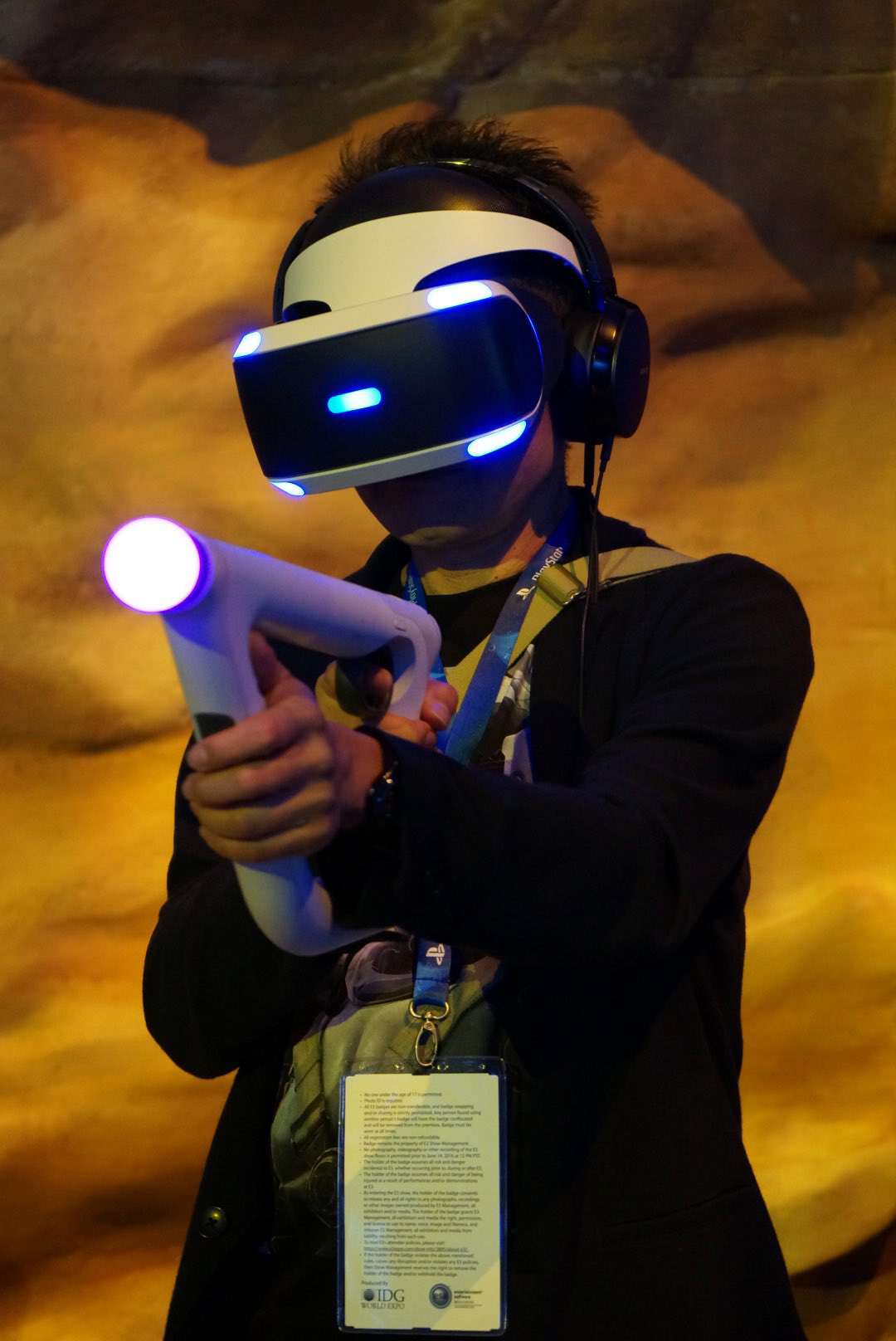 Kenji-Yano-playing-PlayStation-VR-at-E3-2016-2