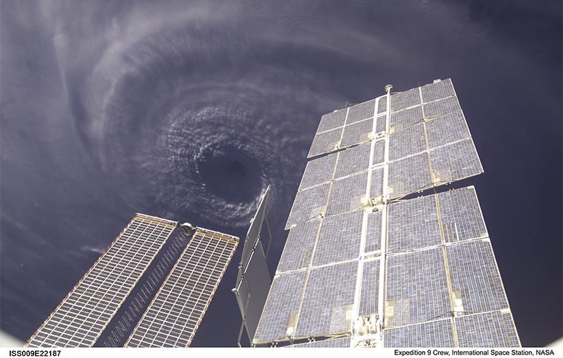 طوفان ایوان از ایستگاه فضایی: تصویر نجومی روز ناسا (۱۸ مهر ۹۵)