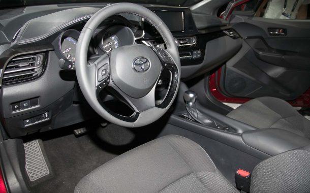 2018-toyota-c-hr-steering-wheel-02