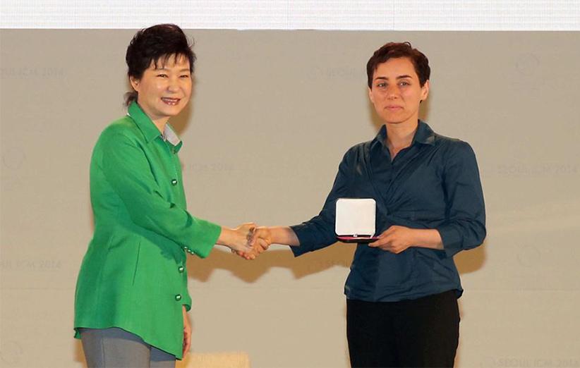 مجله خبری ایشومر Mirzakhani9 مریم میرزاخانی اولین زنی بود که جایزهی فیلدز را از آن خود کرد. داستان موفقیت موفقیت  میرزاخانی مریم فیلدز زن ریاضی جایزهی اولین المپیاد استعداد Ruth Lyttle Satter Peter Scholze CMI