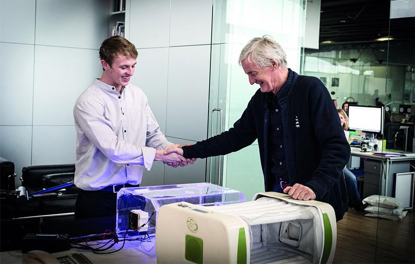 بنیاد جیمز دایسون هر سال به مخترعان جوانی که نوآوری خاصی انجام داده باشند جایزه میدهد.