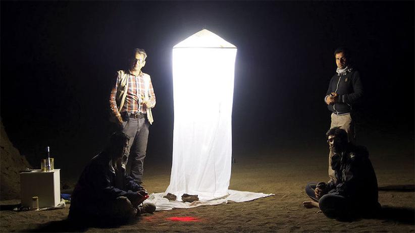 هرچند که لوت جای ایده آلی برای زندگی نیست ولی وقتی حسین رجایی شب هنگام یک تله ی نوری برپا می کند از تعداد زیاد بیدهایی که به دام می افتند تعجب می کند. عکس از امیر آقاکوچک
