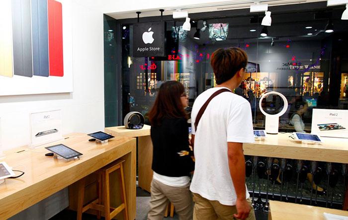 بسیاری از افرادی که در این مکانها کار میکنند، فکر میکنند در فروشگاهها رسمی اپل مشغول به کار شدهاند.
