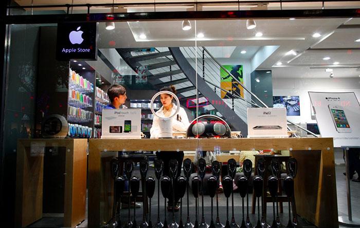 این فروشگاهها محصولات اپل را تا دوبرابر قیمت اصلی هم به فروش میرسانند. این قیمت تا زمانی ادامه پیدا میکند که اپل محصولات جدیدی در فروشگاه رسمی خودش عرضه کند.
