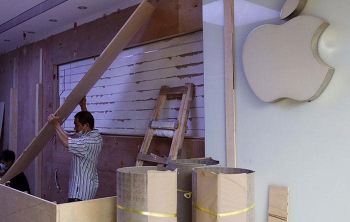 بسیاری از این فروشگاههای تقلبی از نظر طراحی به فروشگاه اصلی بسیار شبیه هستند. فروشندگان این فروشگاهها هم تیشرتهای آبی رنگ با لوگوی اپل میپوشند و حتی میزهای چوبی هم که در فروشگاههای اصلی اپل دیده میشود، در این مغازهها قرار دارند.