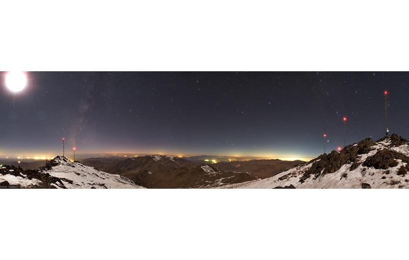 نمایی از قلهی رصدخانهی ملی و تجهیزات نصب شده. عکس از بابک امینتفرشی