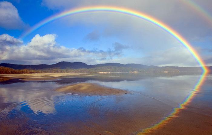 رنگین کمان، رنگهای مختلف نور مرئی را به ما نشان میدهد