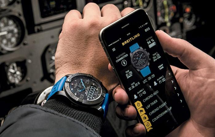 این گوشی مجهز به بلوتوث است و به گوشی هوشمند کاربر وصل میشود.
