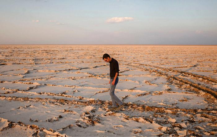 یک دریاچهی نمک خشکشده در اطراف سیرجان. ظاهراً پایانی بر دورهی خشکسالی ۷ ساله قابل تصور نیست. عکس از نیوشا توکلیان، نیویورک تایمز