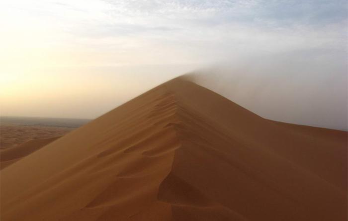 کمبود رطوبت باعث میشود که ذرات گرد و غبار پیش از آنکه حتی بادی بوزد از زمین بلند شوند.