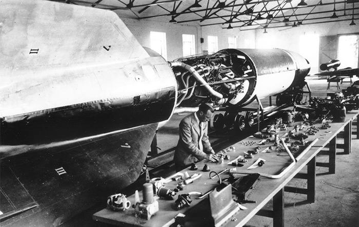 پخش مهمی از پیشرفتهای ربع قرن طلایی را میتوان به دلیل فناوریهایی دانست که در دوران جنگ جهانی دوم بوجود آمد.