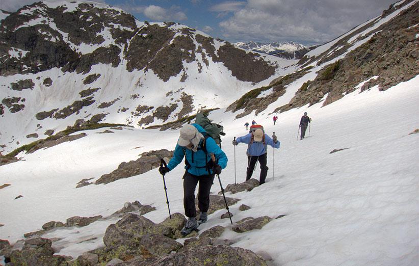کوهنوردان و کوهپیمایان به طور گسترده از عصای کوهنوردی استفاده میکنند.