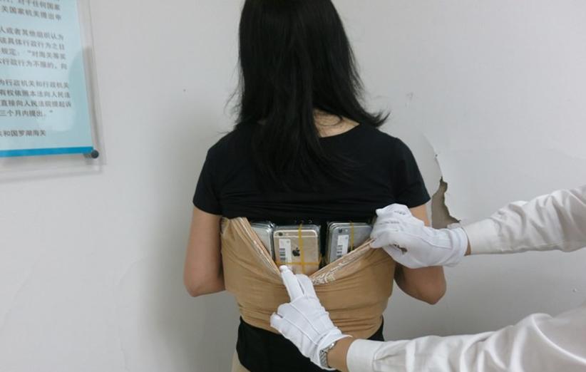قاچاقچی چینی، ۱۰۲ آیفون به بدن خود چسبانده بود