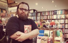 رمان سرخ سفید؛ نبرد خونین تاریخ و بیزمانی