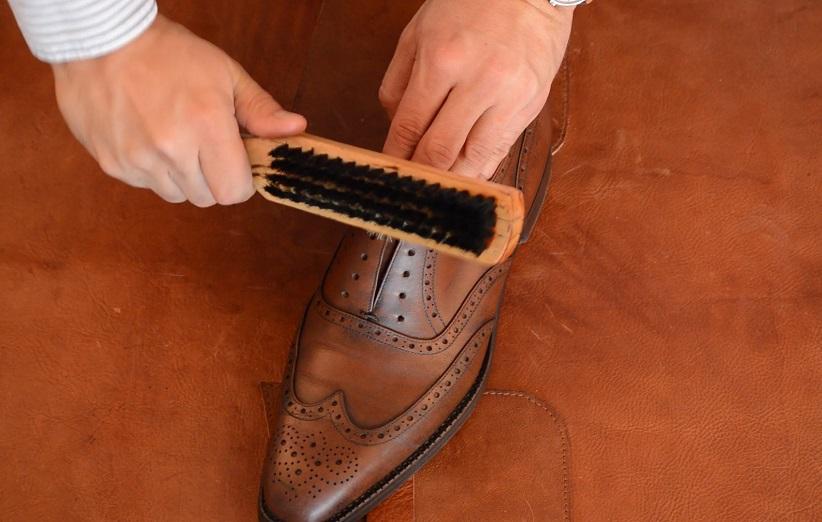 تمیز کردن کفش چرم عسلی
