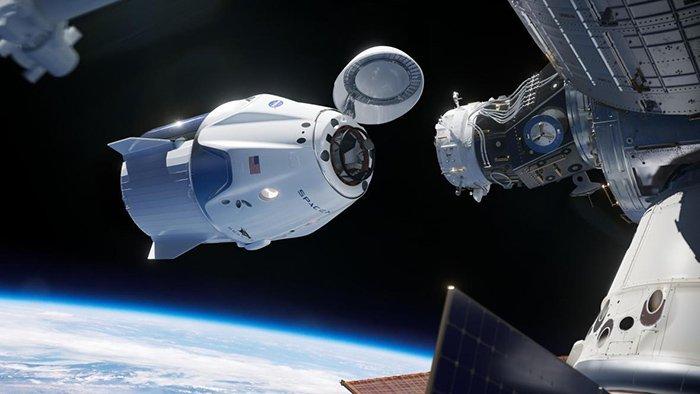 کپسول کرو دراگون در هنگام اتصال به ایستگاه فضایی بینالمللی