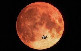 تلسکوپ هابل هنگام رصد ماهگرفتگی کامل