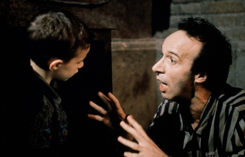 نمایی از فیلم زندگی زیباست - بهترین فیلمهای دهه 90 میلادی