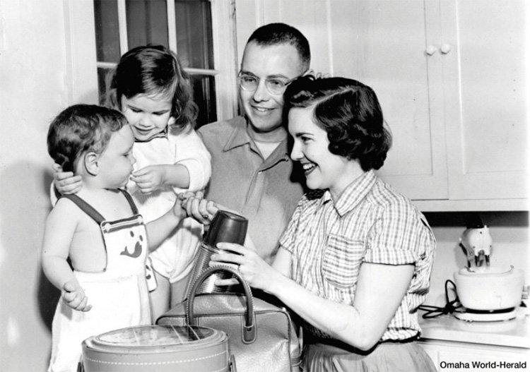 وارن بافت جوان در کنار خانواده