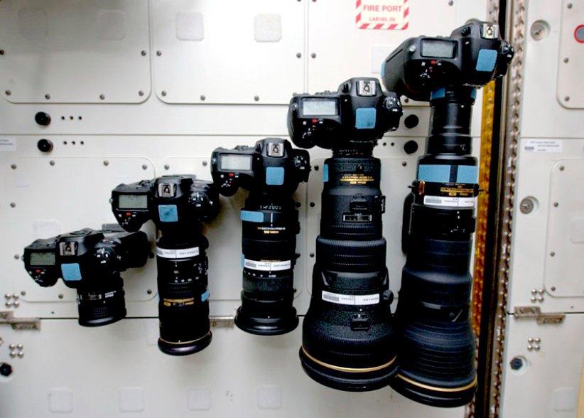 تعدادی از دوربینها و لنزهای موجود در ایستگاه فضایی بینالمللی