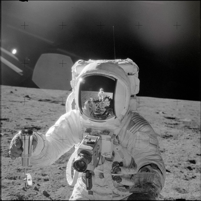 فضانورد در سطح ماه