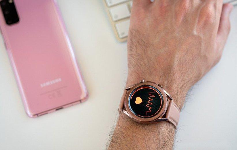 ساعت هوشمند گلکسی واچ 3 در حال سنجش فشار خون